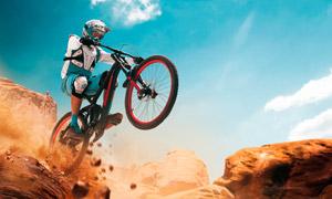 藍天白云山地環境騎車人物高清圖片