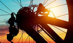 黃昏夕陽下的車輪逆光攝影高清圖片