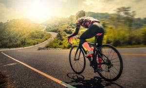 戶外公路上的騎行運動人物高清圖片
