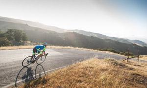 山間公路上的騎行男子攝影高清圖片