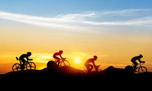 黄昏时一队骑行者人物剪影高清图片