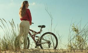 沙漠杂草与自行车人物摄影高清图片