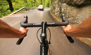 第一視角騎行會車畫面適用高清圖片
