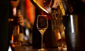 聚会时刻桌上的酒瓶与酒杯高清图片
