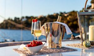 草莓与两杯香槟酒特写摄影高清图片