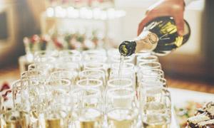 给杯子倒满香槟的场景特写高清图片