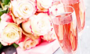 鲜花与装满了酒的酒杯摄影高清图片