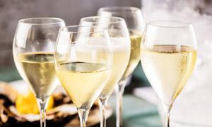 盛香槟酒的高脚杯特写摄影高清图片