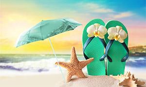 天空云霞与伞下的海星凉鞋高清图片