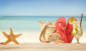 海边沙滩上的凉鞋海星摄影高清图片