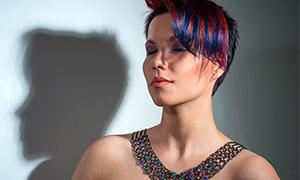 炫彩首飾短發造型美女攝影高清圖片