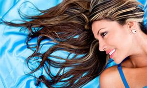 蓝色丝绸上的长发美女摄影高清图片