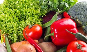 红辣椒与西蓝花洋葱等蔬菜高清图片