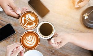 碰杯的咖啡杯近景特写摄影高清图片