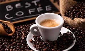 咖啡豆与一杯咖啡特写摄影高清图片