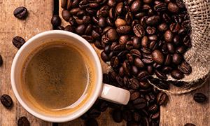 咖啡杯与在麻袋里的咖啡豆高清图片