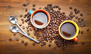 汤匙咖啡豆与两杯咖啡摄影高清图片