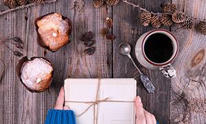 一沓卡片与咖啡面包等摄影高清图片