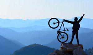 登上山顶的骑行者人物摄影高清图片