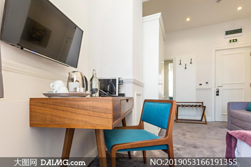 房间里的电视机与桌椅布置高清图片
