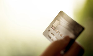 手中的芯片银行卡特写摄影高清图片