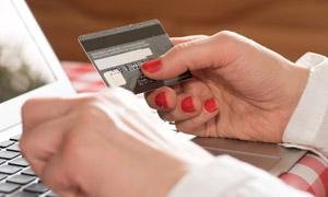 线上购物银行卡消费的场景高清图片
