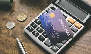 银行卡与计算器等特写摄影高清图片