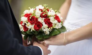 一对新人手中的玫瑰花特写高清图片