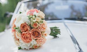 汽车车头上的婚庆捧花摄影高清图片