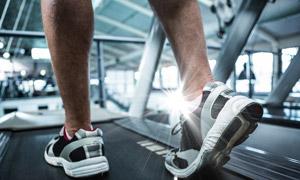 跑步机上慢跑人物逆光摄影高清图片
