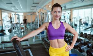 健身房器材与运动美女摄影高清图片