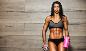 手拿粉色水壶的肌肉女摄影高清图片