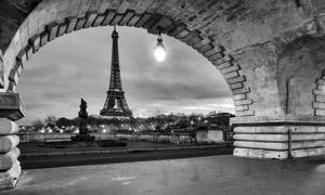 夜晚时埃菲尔铁塔风光黑白摄影图片