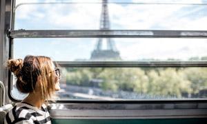 列车上望着窗外风景的美女高清图片