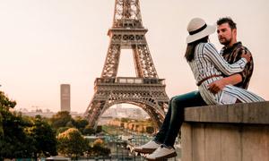 情侣男女人物与埃菲尔铁塔高清图片
