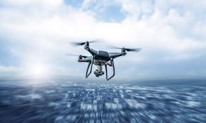 在水面上飞行的无人机摄影高清图片