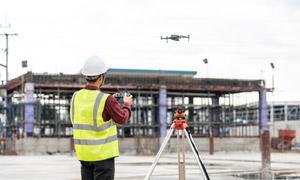 用无人机巡视工地的工程师高清图片