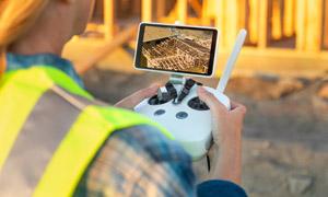在工地上遥控无人机的工人高清图片