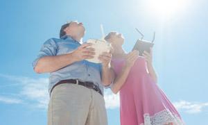 遥控操作无人机的男女摄影高清图片