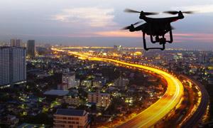 空中航拍夜景作业的无人机高清图片