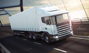 跨海大桥上的白色货运卡车高清图片