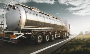 公路上的危化品槽罐车摄影高清图片