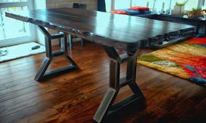 房间里的木板拼接长桌摄影高清图片