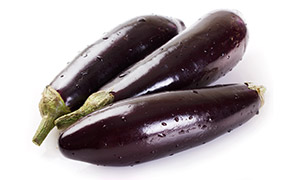 水洗后的紫色茄子特写摄影高清图片