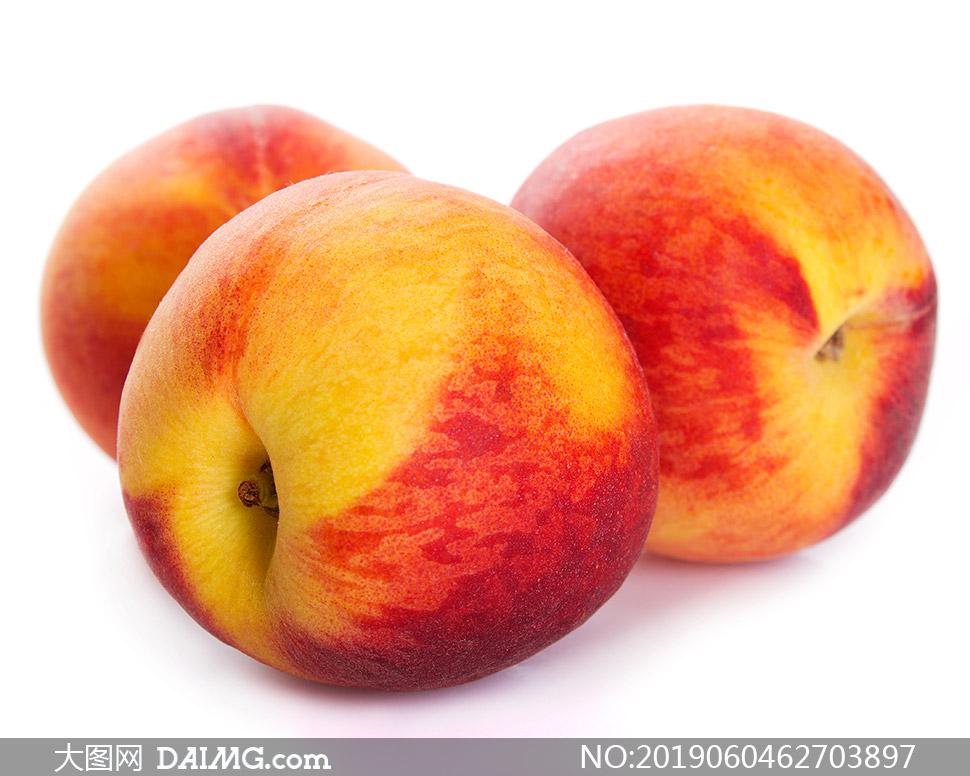 三个汁多肉美的大桃子摄影高清图片