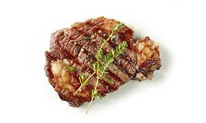 百里香等香料点缀的煎牛排高清图片