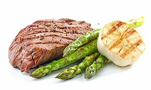 煎过的牛排与芦笋大蒜摄影高清图片