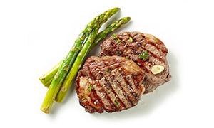 芦笋与两块煎好的牛排摄影高清图片