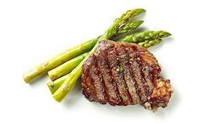 芦笋与油煎的牛排特写摄影高清图片