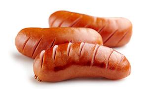 三个美味的烤香肠特写摄影高清图片